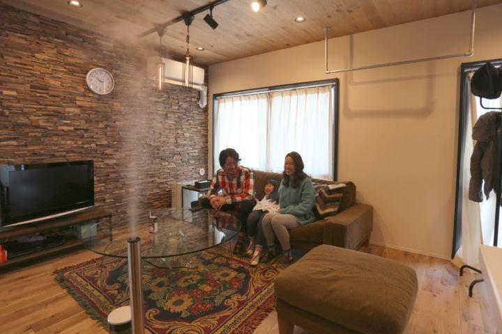 【リノベ購入者インタビュー】ロッジな暮らし。リビングに山小屋風小上がりとウッドパネル
