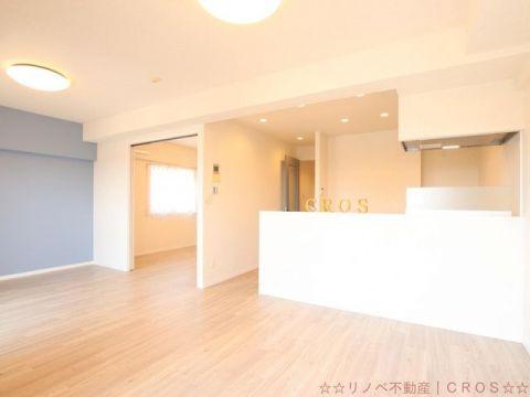 キッチンと同様、パステルカラーのクロスが特徴のお部屋。柔らかい雰囲気の物件となっています