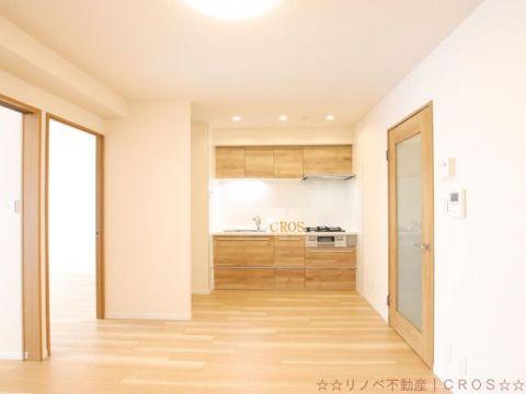 10帖のダイニングキッチン。スペースを無駄なく使える壁付けキッチンです。