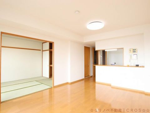 14.2帖のLDK。6帖の和室と合わせると20.2帖の広さのお部屋となっています♪