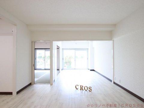 12帖のLDK。リビング横の洋室と合わせると18帖の広々とした空間としてご活用いただけます。